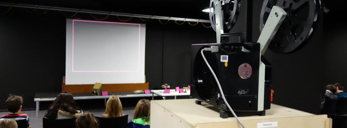 Kinder bei einer Filmvorführung mit 16mm-Projektor